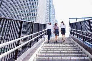 ビル街の階段を上るビジネスウーマンの写真素材 [FYI03053847]
