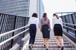 ビル街の階段を上るビジネスウーマンの写真素材 [FYI03053849]