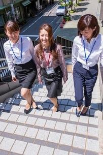 ビル街の階段を上るビジネスウーマンの写真素材 [FYI03053852]