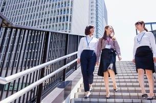 ビル街の階段を降りるビジネスウーマンの写真素材 [FYI03053855]