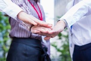 団結するビジネスウーマンの写真素材 [FYI03053873]