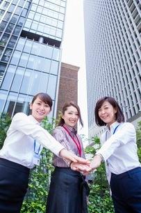 団結するビジネスウーマンの写真素材 [FYI03053875]