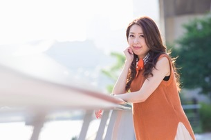 街中の川沿いに立つ女性の写真素材 [FYI03053881]
