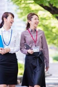 並木道を歩くビジネスウーマンの写真素材 [FYI03053918]