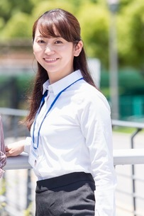 笑顔のビジネスウーマンの写真素材 [FYI03053943]