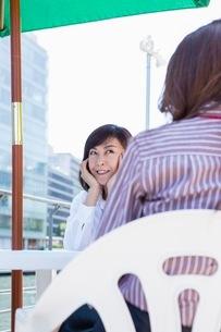 オープンカフェで座るビジネスウーマンの写真素材 [FYI03053950]