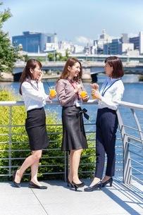 屋外で話すビジネスウーマンの写真素材 [FYI03053978]