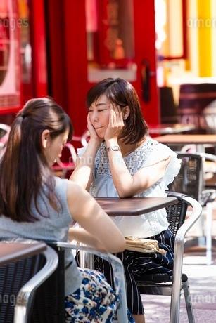 オープンカフェで過ごす女性の写真素材 [FYI03053993]