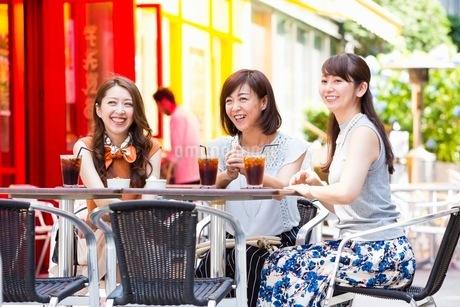 オープンカフェで過ごす女性の写真素材 [FYI03053996]