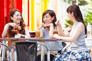 オープンカフェで過ごす女性の写真素材 [FYI03053997]