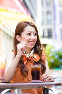 オープンカフェで過ごす女性の写真素材 [FYI03053998]
