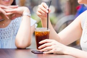 オープンカフェで過ごす女性とアイスコーヒーの写真素材 [FYI03053999]
