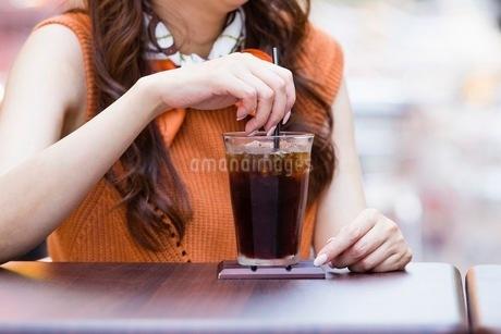 オープンカフェで過ごす女性とアイスコーヒーの写真素材 [FYI03054000]