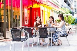 オープンカフェで過ごす女性の写真素材 [FYI03054002]