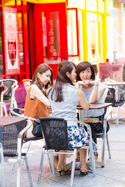 オープンカフェで過ごす女性の写真素材 [FYI03054003]