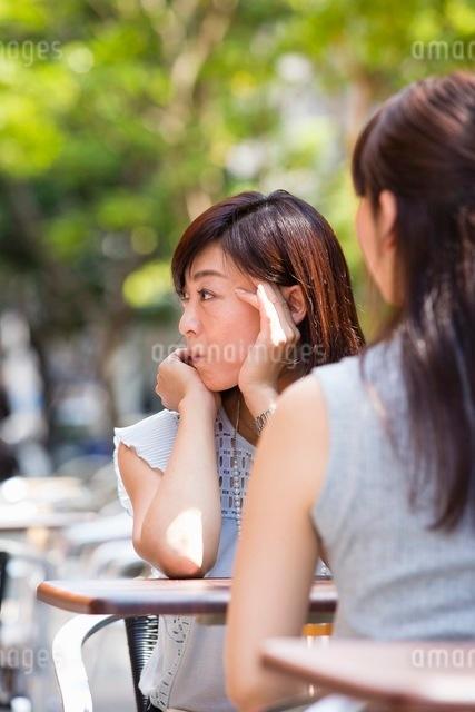 オープンカフェで過ごす女性の写真素材 [FYI03054004]