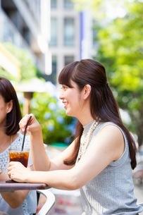 オープンカフェで過ごす女性の写真素材 [FYI03054008]