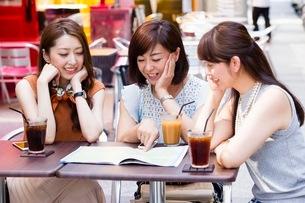 オープンカフェで過ごす女性の写真素材 [FYI03054009]