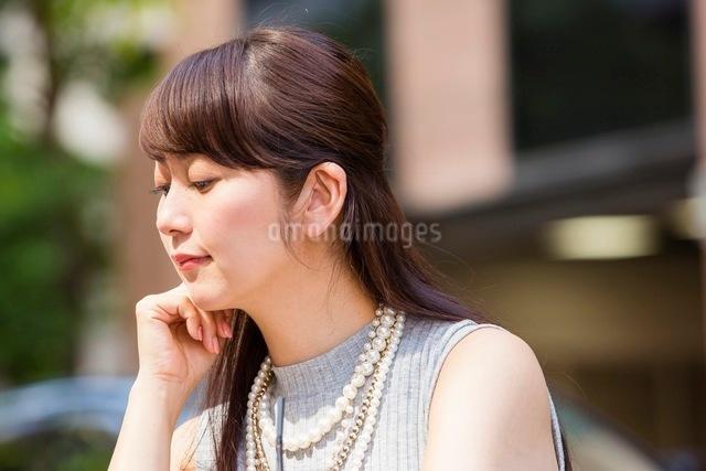 頬杖をつく女性の写真素材 [FYI03054018]