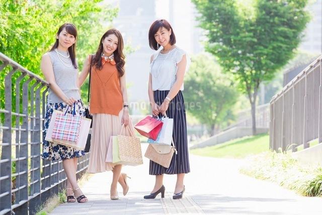 ショッピングバッグを持つ女性の写真素材 [FYI03054021]