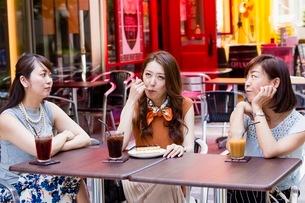 オープンカフェでケーキを食べる女性の写真素材 [FYI03054027]