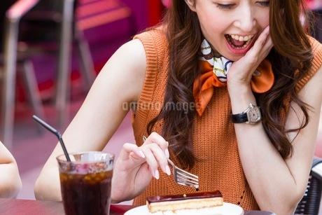 オープンカフェでケーキを食べる女性の写真素材 [FYI03054029]