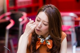 オープンカフェでケーキを食べる女性の写真素材 [FYI03054036]