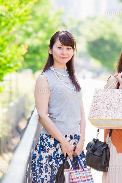 ショッピングバッグを持つ女性の写真素材 [FYI03054038]