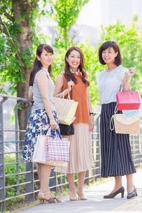 ショッピングバッグを持つ女性の写真素材 [FYI03054040]