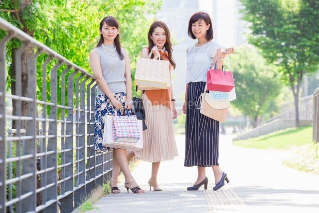 ショッピングバッグを持つ女性の写真素材 [FYI03054041]