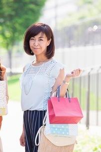 ショッピングバッグを持つ女性の写真素材 [FYI03054044]