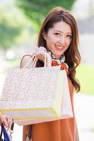 ショッピングバッグを持つ女性の写真素材 [FYI03054045]
