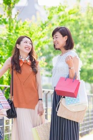 ショッピングバッグを持つ女性の写真素材 [FYI03054049]