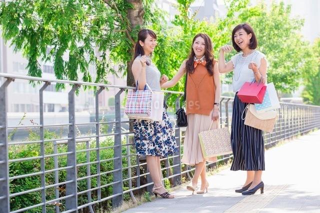 ショッピングバッグを持つ女性の写真素材 [FYI03054050]