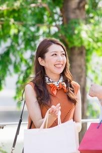 ショッピングバッグを持つ女性の写真素材 [FYI03054051]