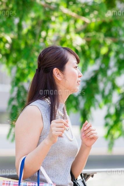 ショッピングバッグを持つ女性の写真素材 [FYI03054052]