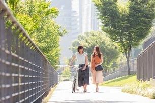 自転車を押す女性と歩く女性の写真素材 [FYI03054053]