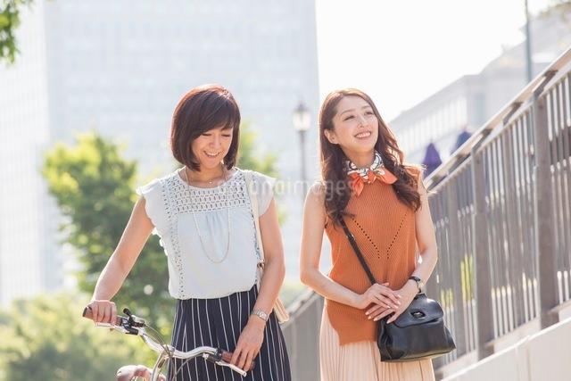 自転車を押す女性と歩く女性の写真素材 [FYI03054056]