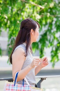ショッピングバッグを持つ女性の写真素材 [FYI03054060]