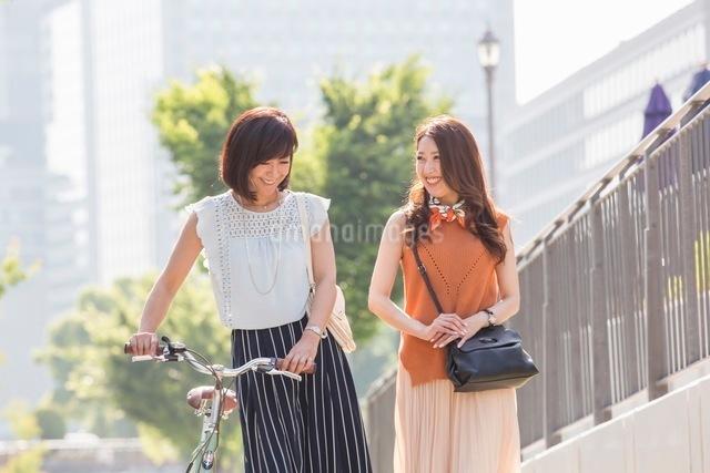 自転車を押す女性と歩く女性の写真素材 [FYI03054062]
