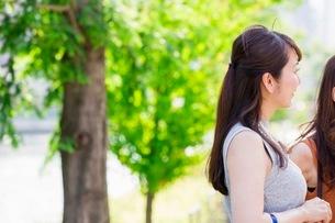 公園に立つ女性の写真素材 [FYI03054064]