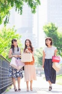 ショッピングバッグを持つ女性の写真素材 [FYI03054066]