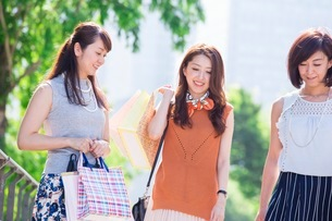 ショッピングバッグを持つ女性の写真素材 [FYI03054070]