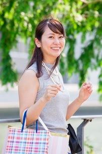 ショッピングバッグを持つ女性の写真素材 [FYI03054071]
