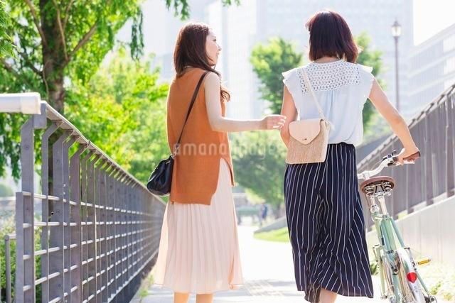 自転車を押す女性と歩く女性の写真素材 [FYI03054072]