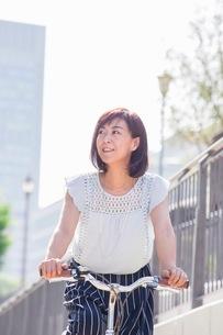 自転車に乗る女性の写真素材 [FYI03054075]