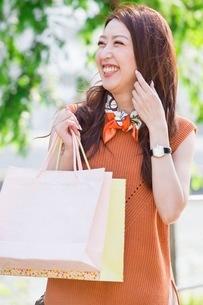ショッピングバッグを持つ女性の写真素材 [FYI03054076]