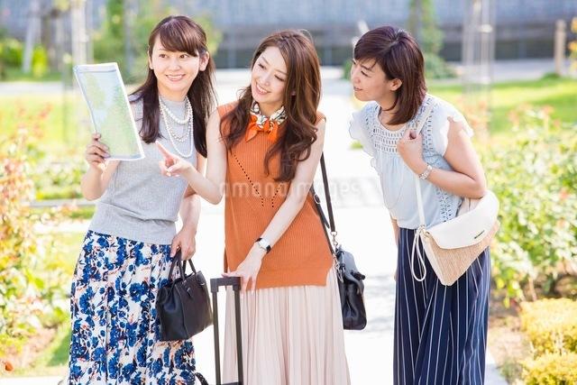地図を見て話す女性の写真素材 [FYI03054079]
