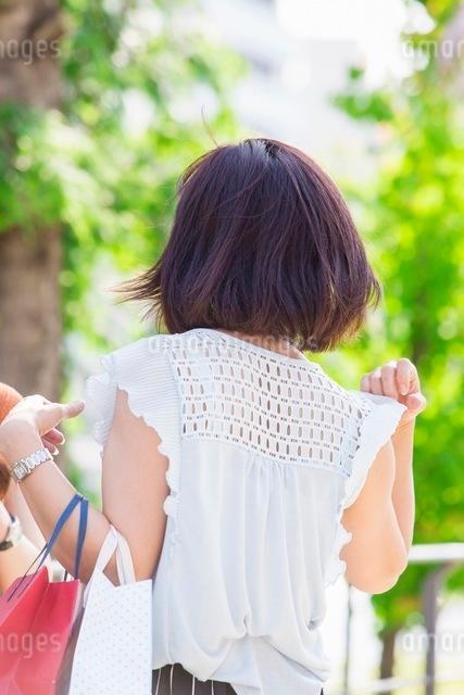 ショッピングバッグを持つ女性の写真素材 [FYI03054086]