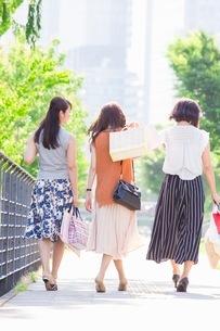 ショッピングバッグを持つ女性の写真素材 [FYI03054087]